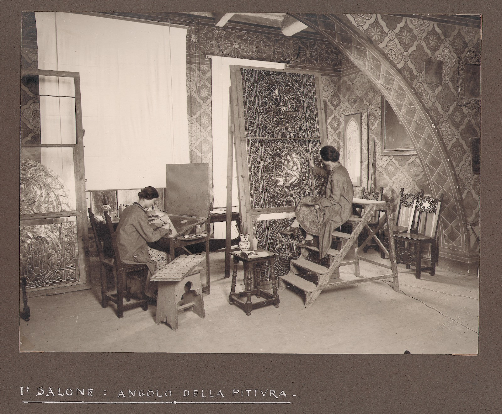 Rosa e Cecilia Caselli al lavoro nel salone - archivio SMC